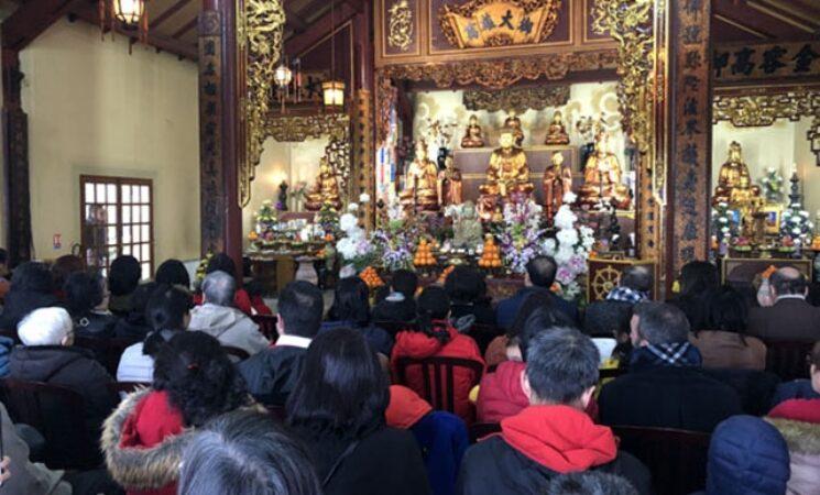 Les Vietnamiens de France se rendent à la pagode les premiers jours de l'an