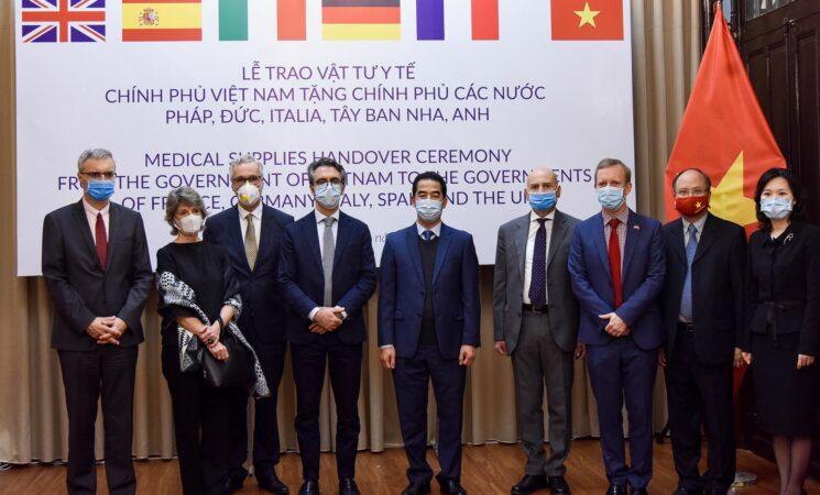 Việt Nam trao tặng 550.000 khẩu trang hỗ trợ phòng chống Covid-19 cho một số nước châu Âu