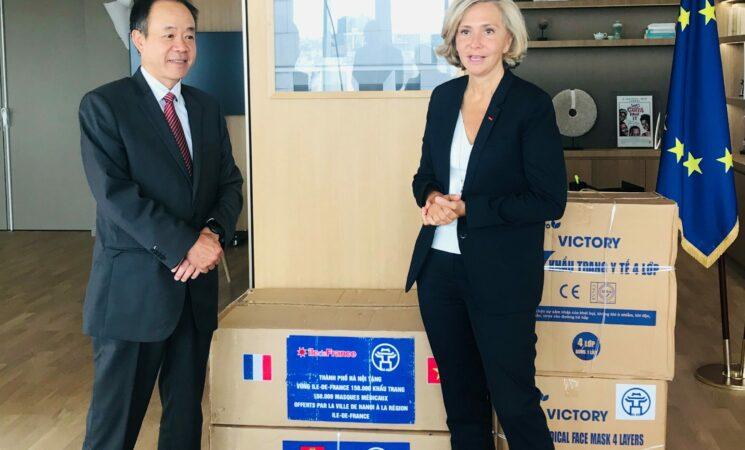Hà Nội trao tặng hơn 150.000 khẩu trang y tế cho vùng Ile-de-France